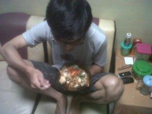 Rino Rain sedang makan ketupat kuah soto (penting gak sih foto ini?)